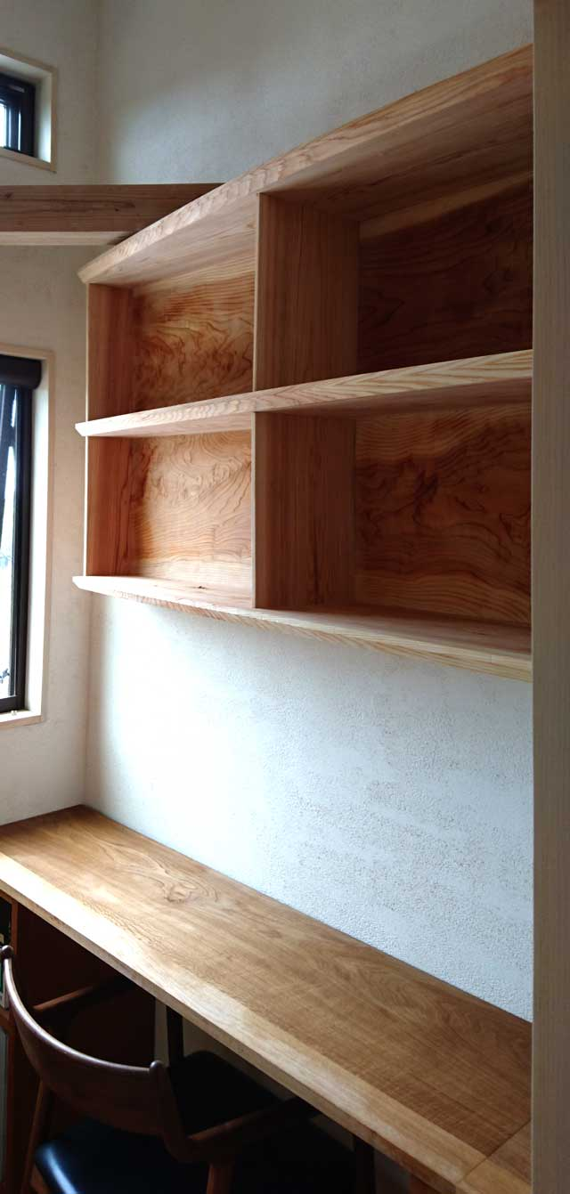 杉板の書棚